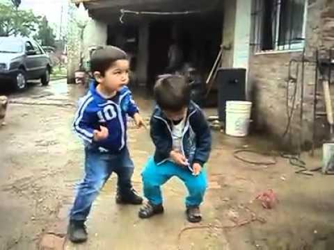 два мальчика очень весело танцуют под музыку