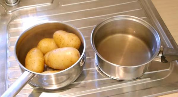 Как быстро очистить вареную картошку?