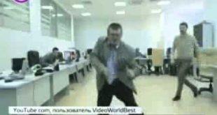 Работник поет и танцует в офисе
