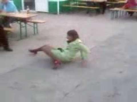 Пьяная девушка танцует в кафе