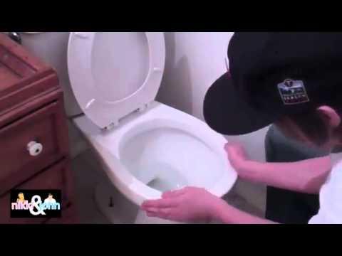 Шутка над девушкой в туалете