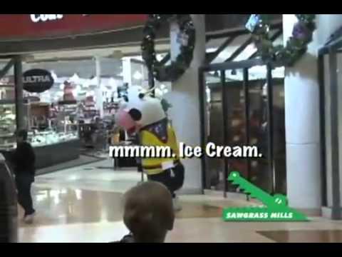 Бешеная корова терроризирует покупателей