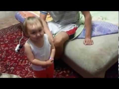 маленькая девочка ругает свою маму