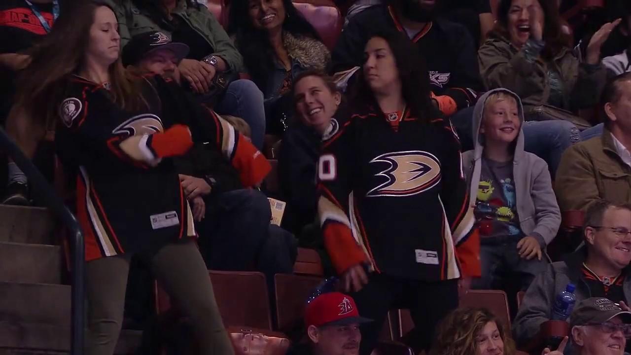 Эпичная танцевальная битва в перерыве матча НХЛ