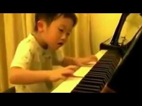 Невероятно талантливый пятилетний игрока на фортепиано