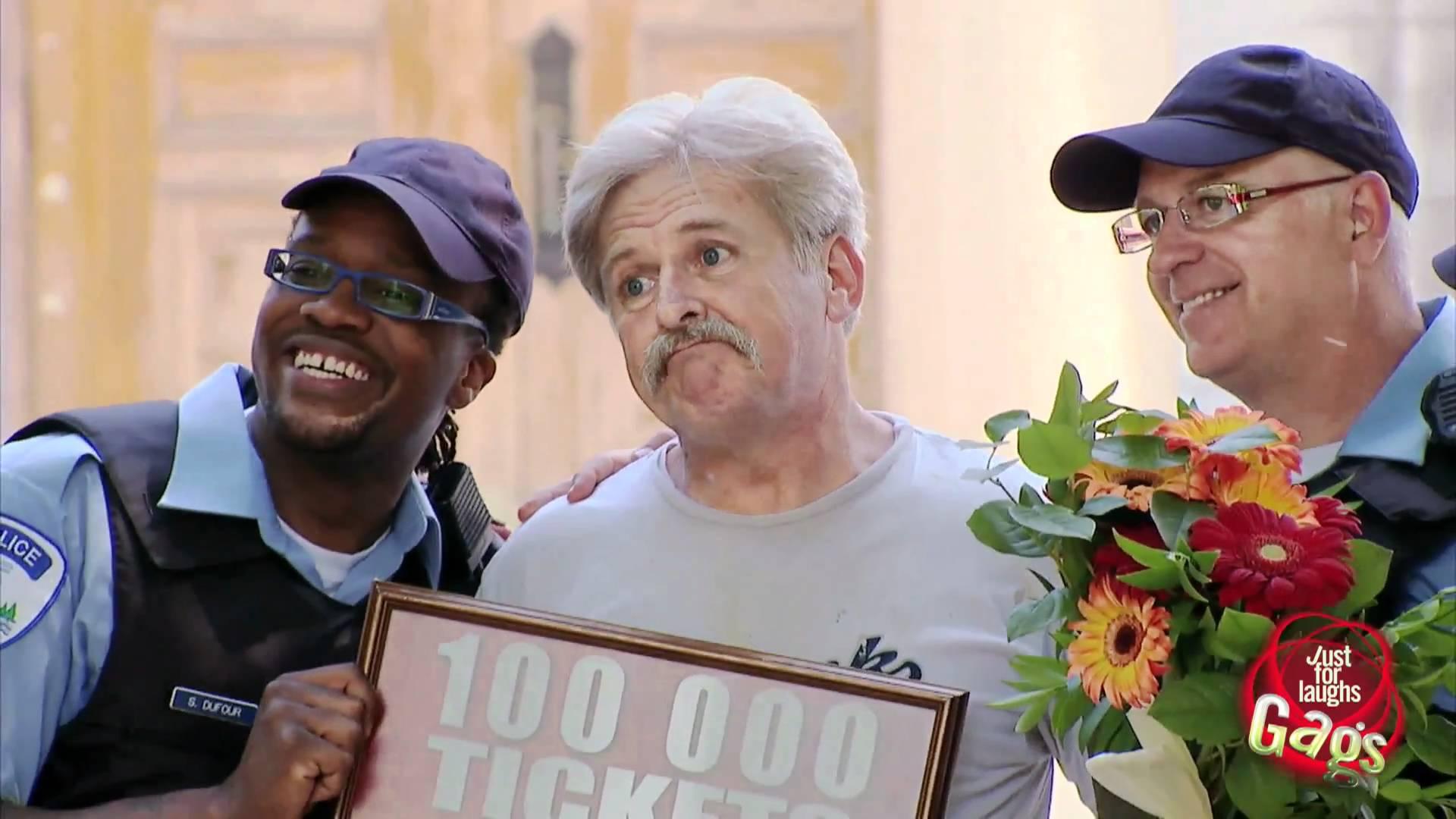 Полицейский празднует 100000 билет