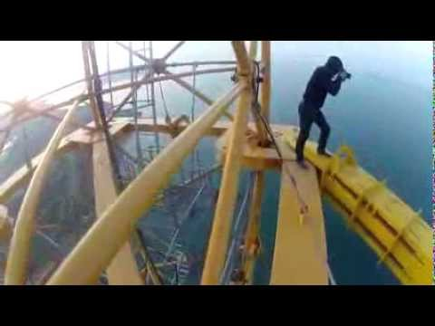Экстремалы и мост на острове Русский