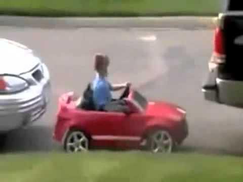 мальчик катается на маленькой машинке