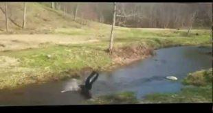 Прыжок с бревном в реку