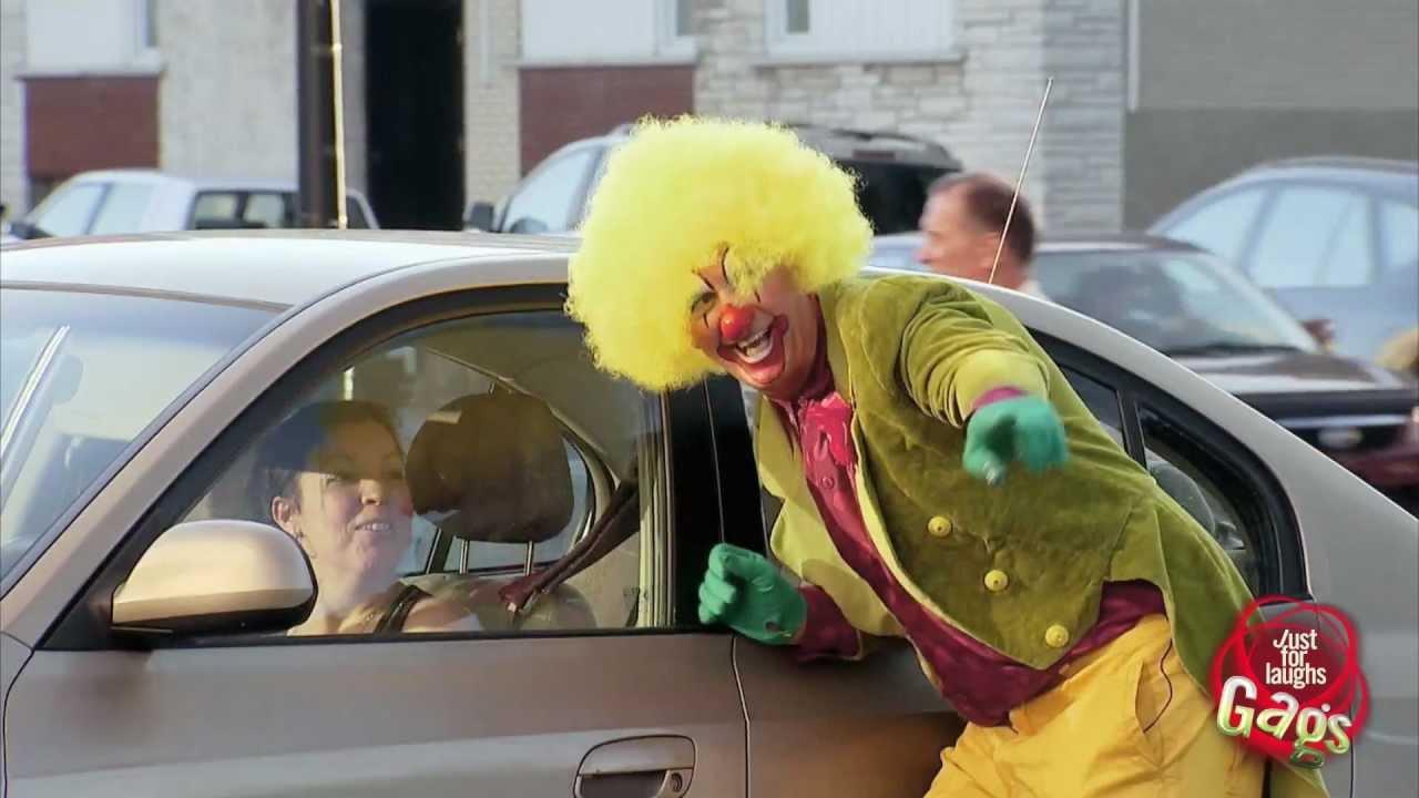 Клоун у окна автомобиля