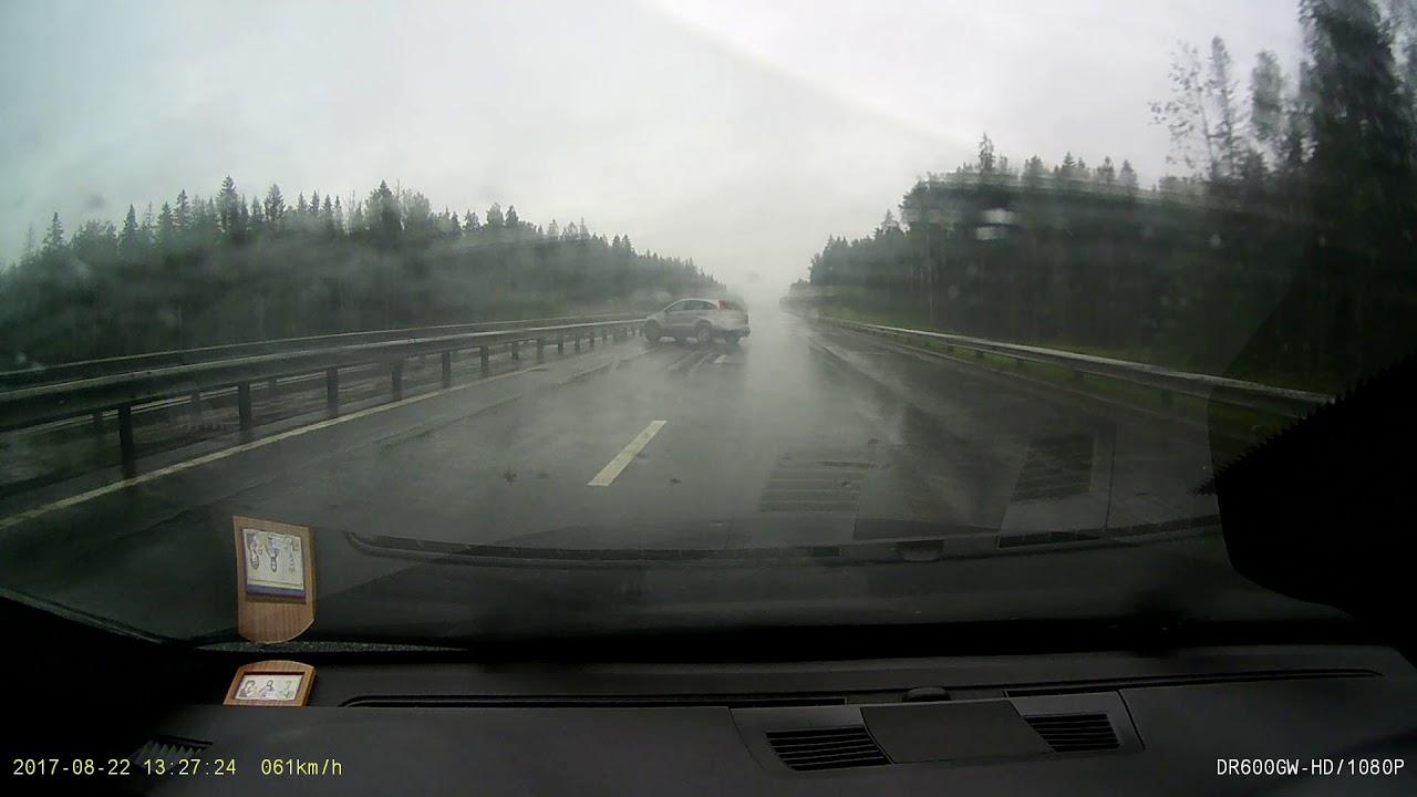 Не умеет в мокрую дорогу