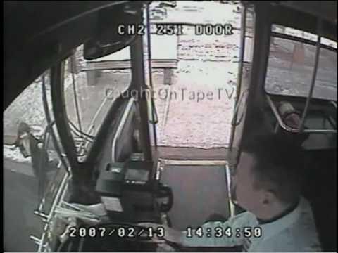 Водитель автобуса герой спасает девочку