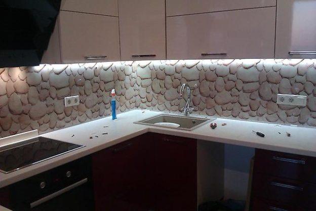 Стеклянные кухонные панели