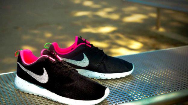 Где купить легкие черно — белые кроссовки Nike Roshe Run
