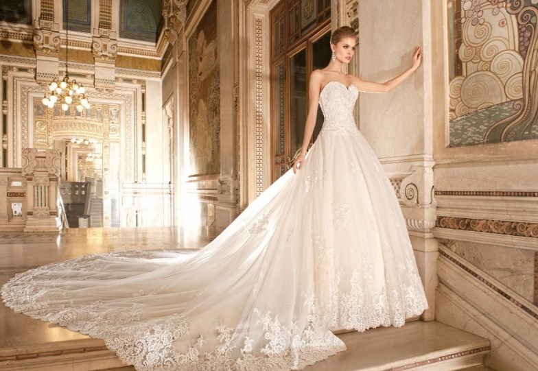 Как выбрать и носить свадебное платье со шлейфом